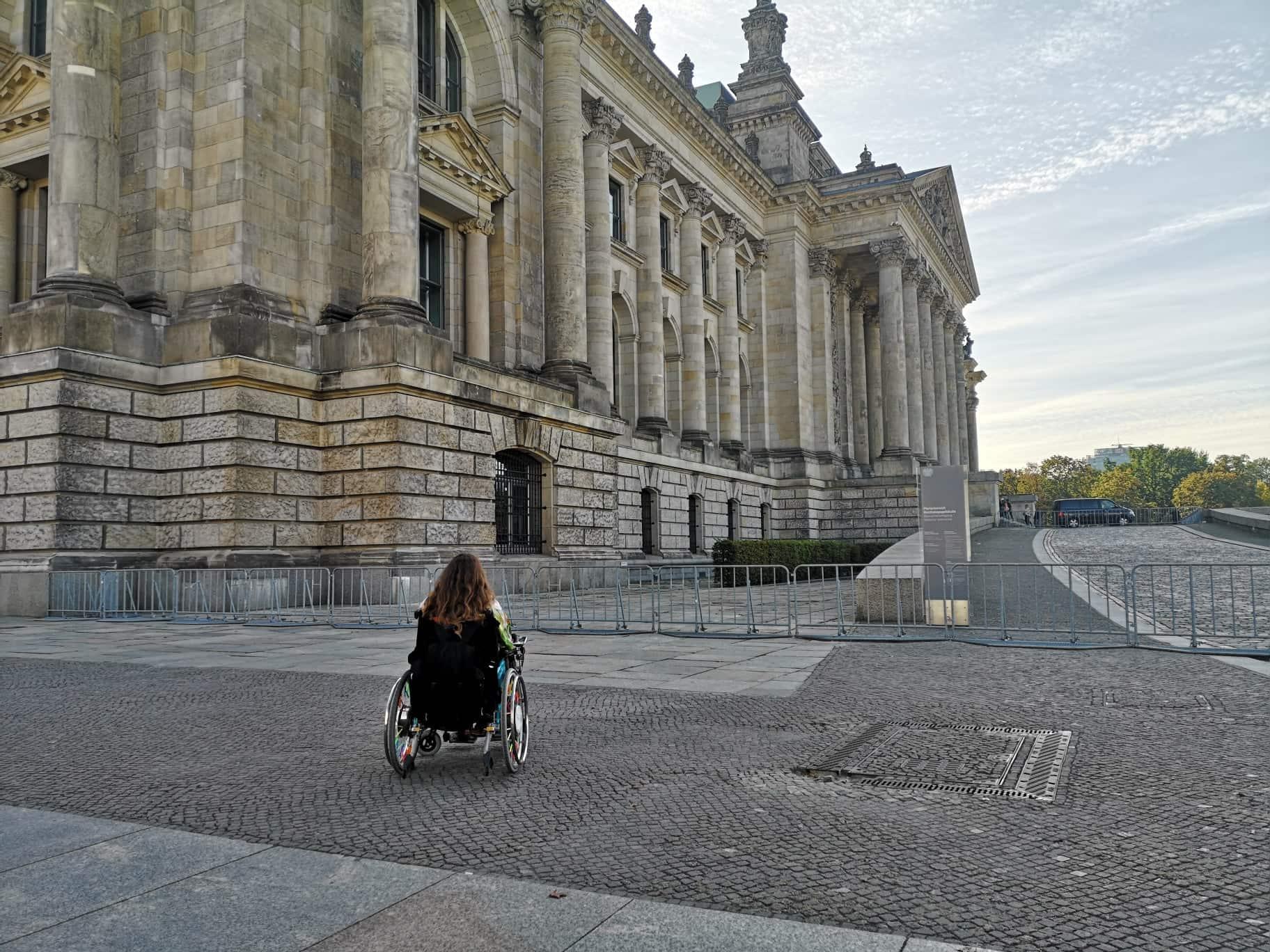 Patricia Koller im Rollstuhl vor dem Deutschen Bundestag