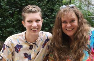Beitragsbild: Sarah Menz und Patricia Koller lächeln den Betrachter an