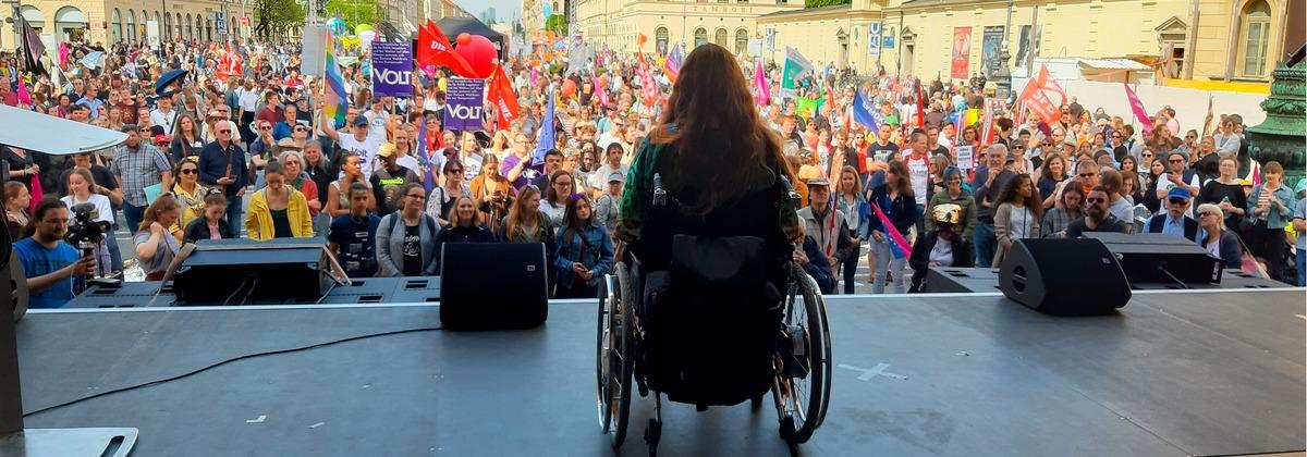 """Patricia Koller im Rollstuhl auf der Bühne - Rede """"Ein-Europa-für-alle"""" auf dem Odeonsplatz in München"""