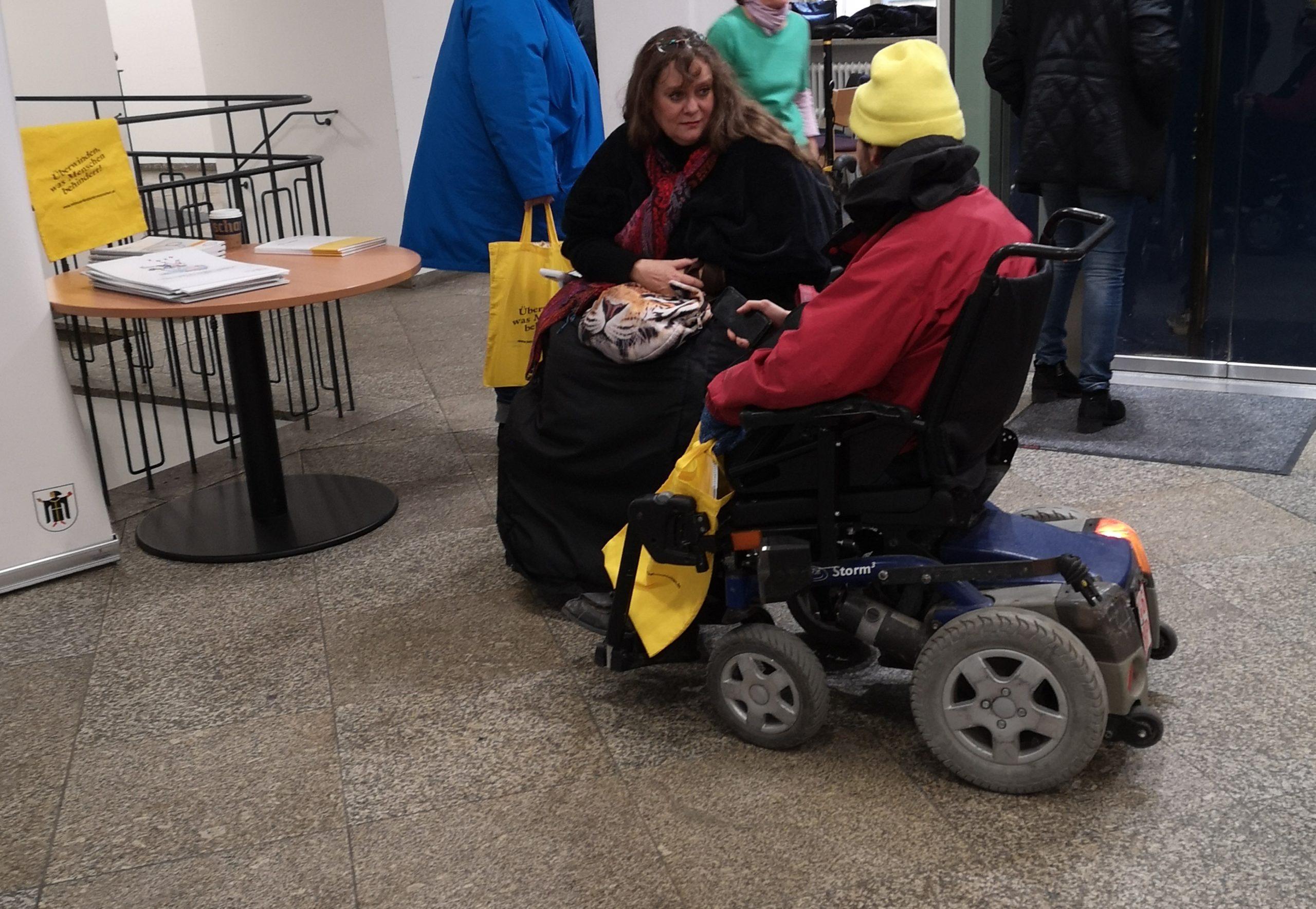 Patricia Koller im Gespräch mit einem Rollstuhlfahrer