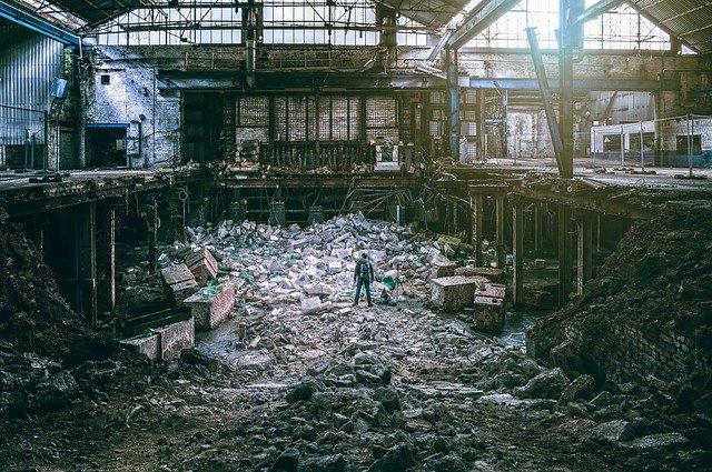 Bild zeigt sehr großes Chaos in einem Abrissgebäude. Es wirkt in etwa so schrecklich wie nach einem Bombeneinschlag.