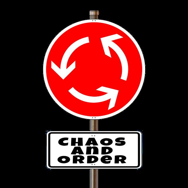 Rotes Kreisverkehrsschild mit der Aufschrif: CHAOS AND ORDER