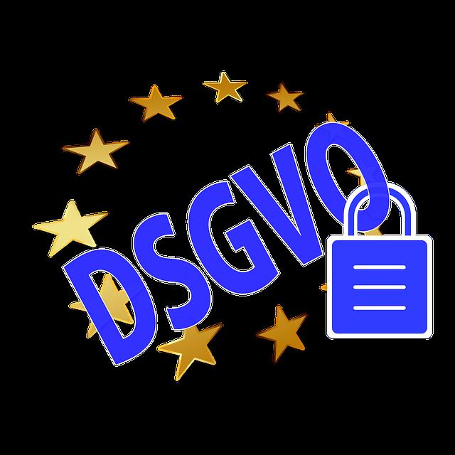 DSGVO in blauer Schrift auf weißem Grund und einem Kreis von goldenen Sternen, die Europa symbolisieren.Am O hängt ein Vorhängeschloss