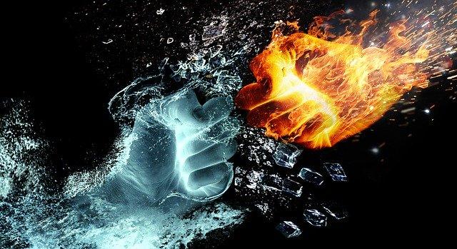 Zwei geballte Fäuste begegnen sich. Die eine Faust ist aus Wasser, die andere aus Feuer. In der Mitte, wo sie aufeinander treffen, bersten Eisstücke auseinander.