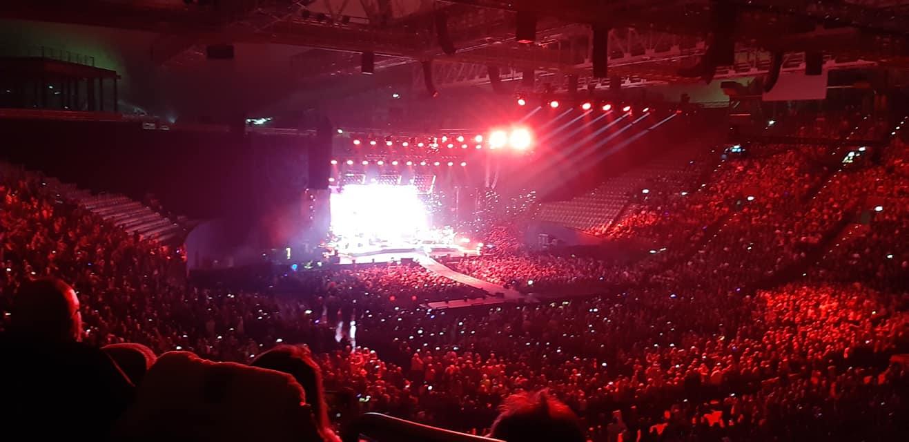 Ausverkaufte Olympiahalle bei rotem Licht
