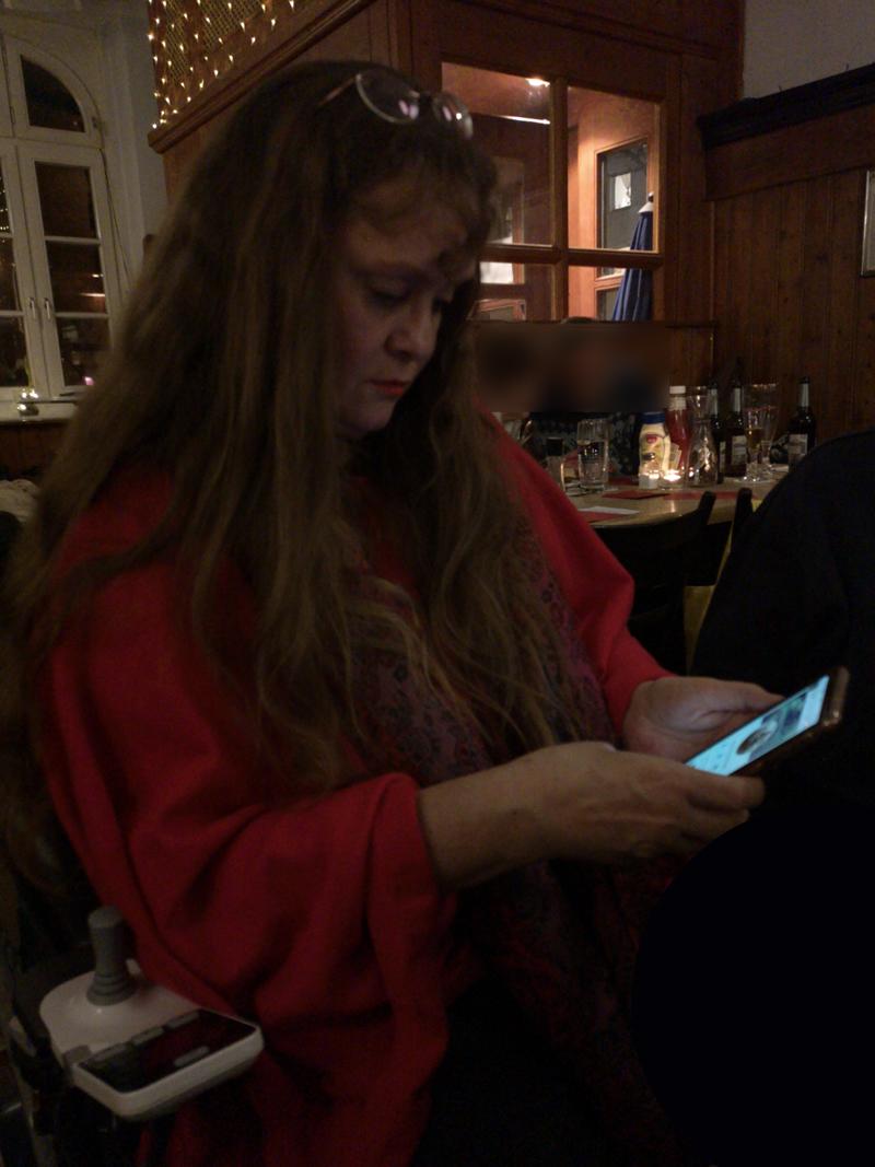 Patricia Koller schaut auf ihr Smartphone