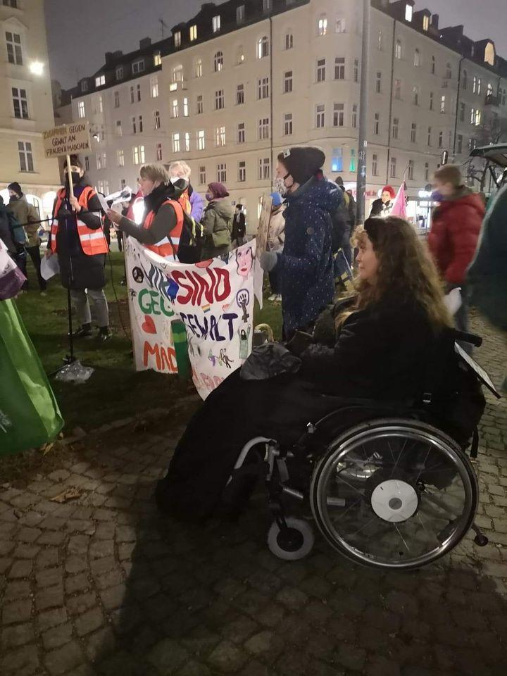 Patricia Koller im Rollstuhl bei der Demo am 25. November 2020
