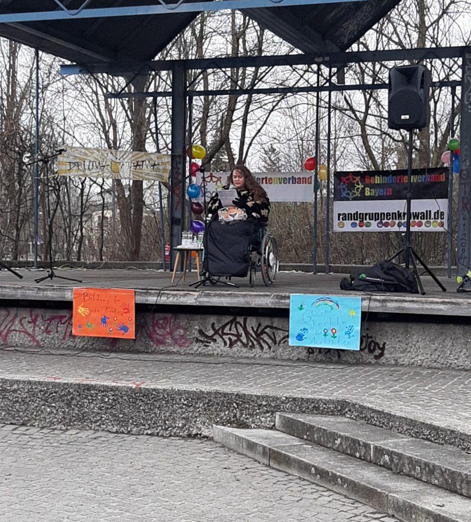 Patricia Koller im Rollstuhl auf der Bühne